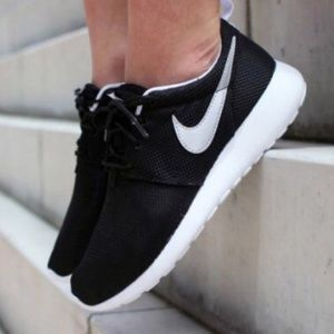 NIKE ROSHE ONE BLACK WHITE SHOES